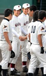 試合を終え握手を交わす斎藤投手(中央左)と田中投手=4日午後、高砂市野球場で