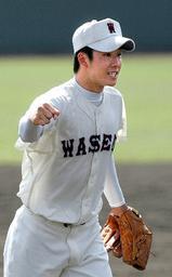 4回裏、満塁のピンチを切り抜けガッツポーズの斎藤投手=4日午前、高砂市野球場で