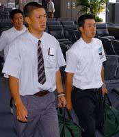 日米親善高校野球のため、アメリカに出発する早実の斎藤投手と駒苫の田中投手