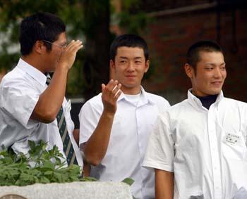 米で始めて野球の試合が行われた場所を見学する高校野球全日本選抜の斎藤=米国・ニュー・ジャージー州ホーボーケン(撮影・春名中) (2006/09/01)