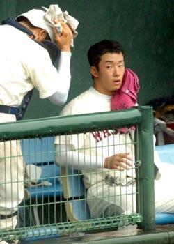 ピンクのタオルで汗を拭く斎藤投手=1日、兵庫県高砂球場