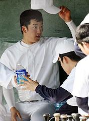 紅白戦の途中、帽子を脱いだハンカチ王子に前髪が・・・=鉾田市総合運動公園野球場(武藤健一撮影)