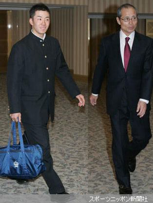 早実野球部OB会に笑顔で出席する斉藤(左)とソフトバンク・王監督