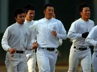 早大の東伏見グラウンドで初練習する早実の斎藤佑樹投手(中央)