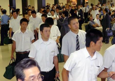 合宿初日の練習を終えて談笑する駒大苫小牧・田中(左)と早実の斎藤