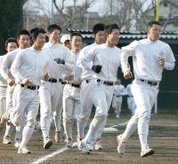 早大野球部の練習に参加し、ランニングする斎藤佑(右)。先頭になって同級生を引っ張った