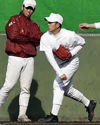 早大野球部の練習に参加しキャッチボールする早実高の斎藤佑樹投手=13日午後、東京都西東京市