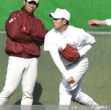 早大野球部の練習に参加しキャッチボールする斎藤