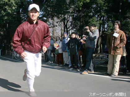 午前の練習終了後、ファンの見守る中駆け足でグランドを出て行く斎藤(左)