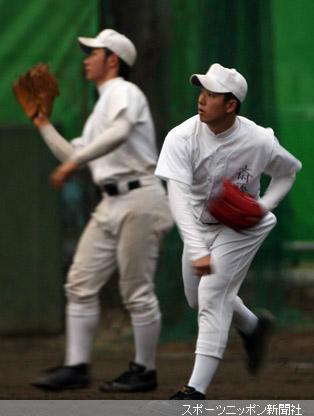 キャッチボールを始めた斎藤(右)