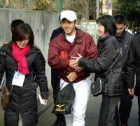 ファンの握手に笑顔で応じる早実・斎藤佑樹=東京・東伏見の早大グラウンド