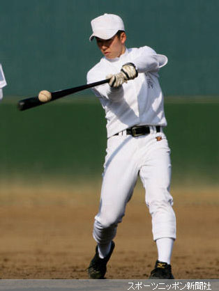 投手にもかかわらず、トスバッティングで思い切りの良い振りをする斎藤