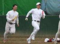 リレー中、苦しい表情を見せる斎藤佑樹(右)