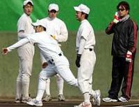 斎藤は早大OBでヤクルト藤井秀悟(右端)の前で、左投げフォームを披露する