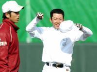 練習中に笑顔をみせる早実・斎藤佑樹=東京・東伏見の早大グラウンド