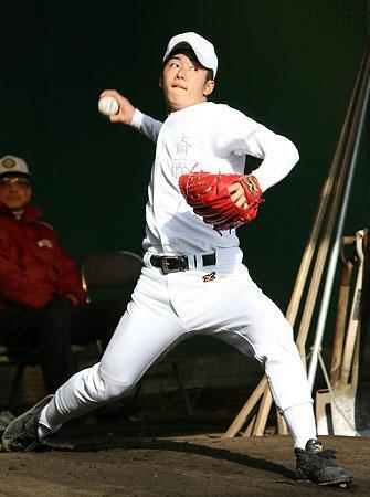 ブルペンで投球する斎藤