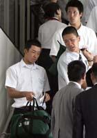 早実の斎藤佑樹投手(左)ら全日本高校選抜チームが29日、米国遠征のため成田空港からニューヨークへ=千葉・成田空港、29日午前11時55分