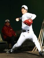 初のブルペン入り。野球評論家の広岡達朗氏(左奥)の前で堂々と投球練習を行う早実・斎藤佑樹=東伏見・早大グラウンド