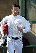 """〔写真:メジャーの熱視線を浴びた斎藤。近い将来、ハンカチ王子も""""流出""""してしまうのか…〕"""