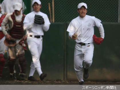 早大グラウンドでの火事騒ぎに練習参加している早実・斎藤もビックリ