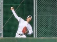 ブルペンで投球練習を行う斎藤