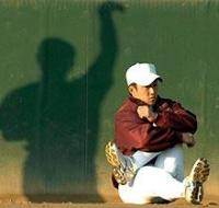 外野でストレッチする斎藤の背後には、投球フォームの影が浮かび上がっていた