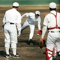 斎藤佑樹(中央)は早大応武監督(左)のノックでグラブトスする