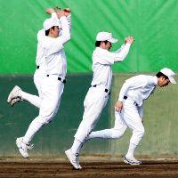 ウオーミングアップでジャンプする斎藤(左)