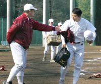 応武監督にあいさつし、グラウンドを後にした斎藤(右)