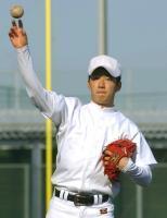 キャッチボールで汗を流す早実・斎藤佑=東京・西東京市の早大グラウンド