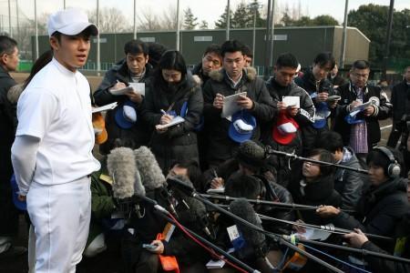 大勢の報道陣に囲まれても、動じることなく笑顔で答える斎藤投手=西東京市の東伏見硬式野球場で、兵藤公治撮影(毎日新聞)