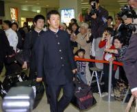 キャンプ地の沖縄に到着し、ファンの声援を受ける早実・斎藤佑樹=那覇空港