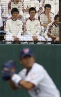 ヤクルトキャンプを見学、古田監督に熱視線を送る早実・斎藤佑(左から3人目)=沖縄・浦添