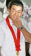 22日、東京・国分寺市の早稲田実に凱旋した斎藤佑樹投手。大フィーバーにもクールに対応、優勝報告会では笑顔が絶えなかった。青いタオルの次は、腕時計も注目を浴びそう
