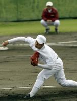 紅白戦に初登板、3回無失点と好投した早実・斎藤佑(後方は応武監督)=沖縄・浦添