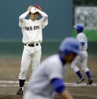 六回、押し出し四球を与えぼう然とする斎藤佑樹=東京・東伏見の早大グラウンド