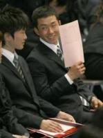早大に入学した斎藤(右)は、入学式の会場で笑顔