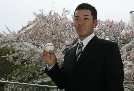 早稲田大学に入学した斎藤佑樹。入学式を終え、学内に咲く桜をバックに笑顔=東京都新宿区の早大・戸山キャンパスで1日、代表撮影