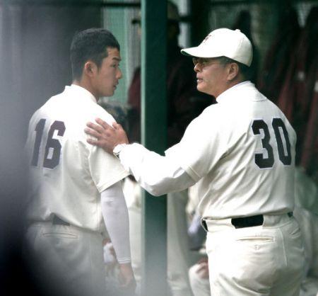 """6回を投げ、応武監督に降板を告げられる斎藤(左)。2安打無失点の好投で""""大学初勝利""""を挙げた"""