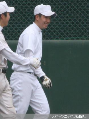 笑顔を見せながらランニングする斎藤佑樹(右)