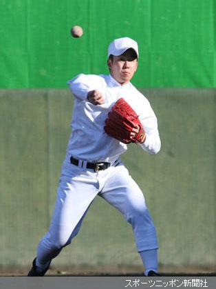 ノックを受けた斎藤は鋭い送球を見せる
