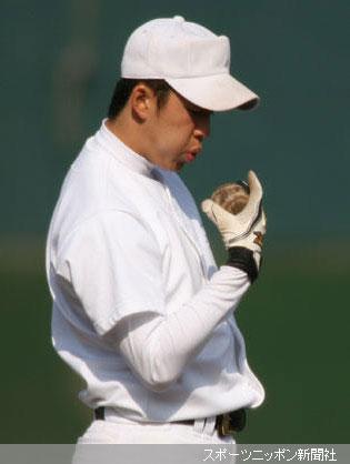 トスバッティングの際、ボールに息を吹きかける斎藤