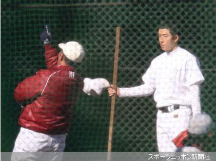 ブルペンで応武監督(左)から指導を受ける早実・斎藤