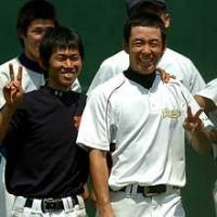 早実の斎藤(右)は練習を手伝った大学生とカメラに向かって笑顔でVサイン