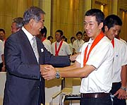 石原知事と握手する斎藤投手