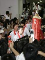 多くの生徒、父兄に祝福され、優勝報告会に登場した斎藤(手前)ら早実ナイン