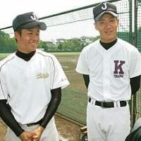 練習後にこやかにインタビューに答える早実・斎藤(左)と駒大苫小牧・田中