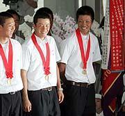 早実のある東京都国分寺市に戻り、最高の笑顔を浮かべる斎藤(中央)。右は主将の後藤