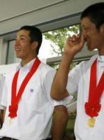 笑顔を見せる斎藤(左)と後藤