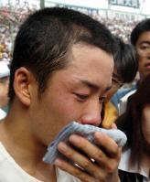 栄冠を手にした早実・斎藤は、トレードマークの水色のハンドタオルで涙を押さえる